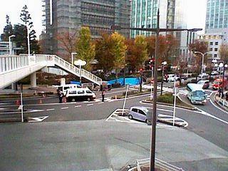 駅前の事件現場の携帯電話の写真