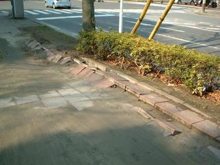 地震で舗装がはがれた歩道